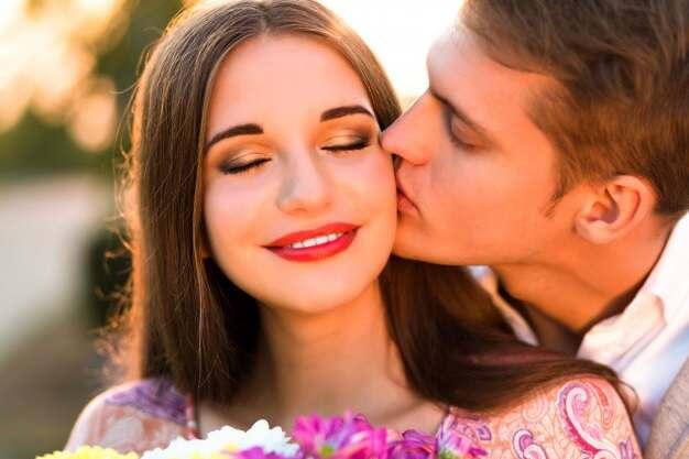 Очаровательная молодая пара целуется, узнав факты о поцелуях